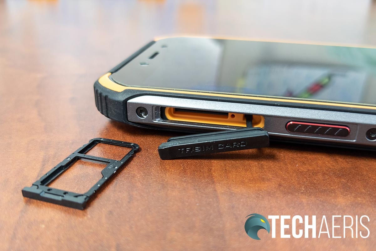 The Doogee S40 features has a dual SIM card/microSD card slot tray